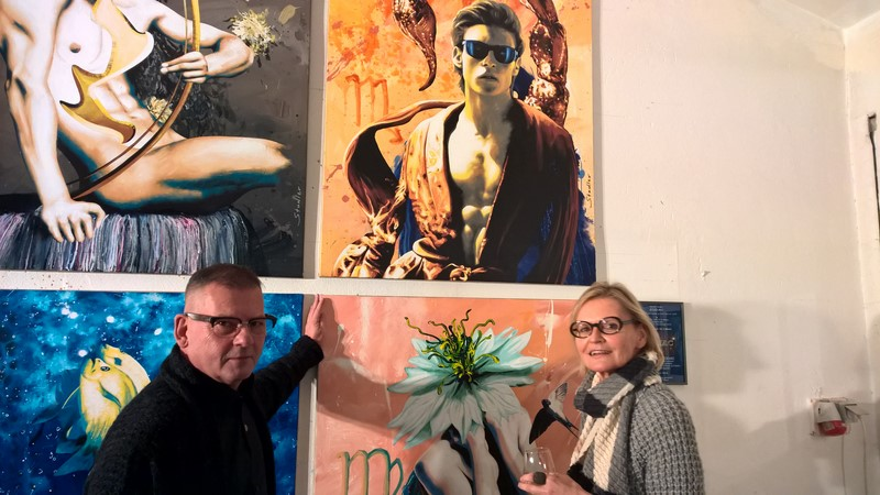 Werner Stadler und Hedi Grager - im Hintergrund die Werkgruppe 'Zodiac' – die Tierkreiszeichen aus Sicht des Künstlers (Foto Reinhard Sudy)