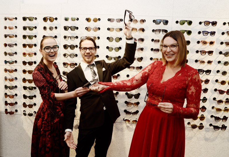 Designerin Eva Poleschinski, Christian Potisk und Designerin Katharina Plattner hatten viel Spaß beim Ladies Cocktail (Foto Eva Maria Guggenberger)