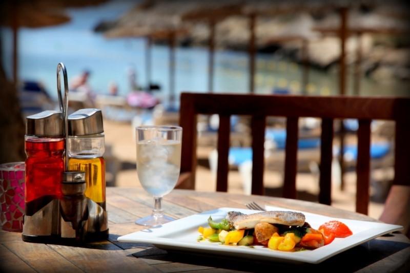 Bei gutem Essen und Trinken die Seele baumeln lassen am Cap Falco Beach (Foto Cap Falco)