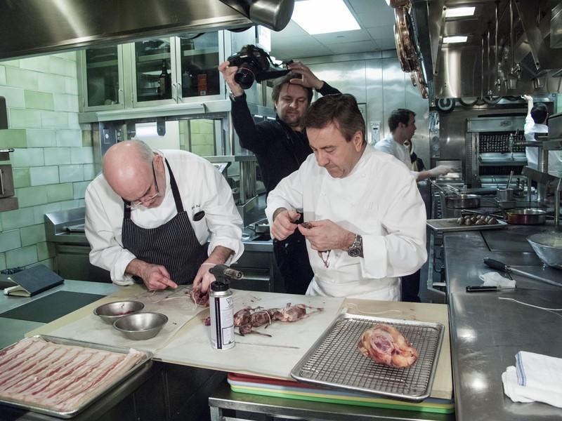 Thomas Schauer bei der Arbeit in der Küche von Daniel Boulud (Photographs by Thomas Schauer)