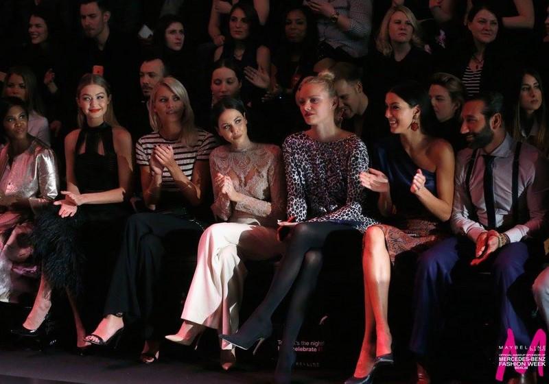 Eine bemerkenswert schöne Front Row: Motsi Mabuse, Stargast Gigi Hadid, Lena Gerke, Mandy Capristo, Franziska Knuppe und Luisa Hartema (Foto MAYBELLINE NEW YORK)