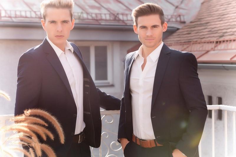 Gewinner-Shooting: Veranstalter & Mister Austria 2014 Philipp Knefz, Mister Austria 2015 Fabian Kitzweger auf der Terrasse der Suite im Hotel Weitzer (Foto Chris Wiener)