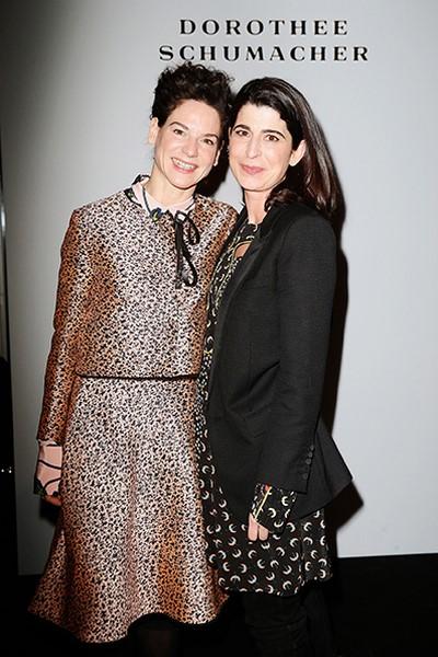 Designerin Dorothee Schumacher mit Schauspielerin Bibiana Beglau (li), die von ihrer Show begeistert war (Photo by Franziska Krug/Getty Images )