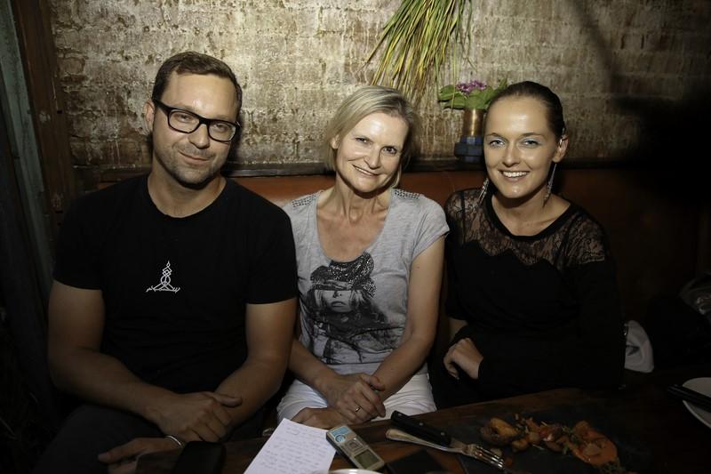 Erfolgreicher Gastronom und sympathischer Gastgeber Edi Frauneder. Zu Besuch bei ihm Journalistin Hedi Grager und Designerin Eva Poleschinski (Foto Nadine Marie Wohlmuth)