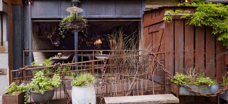 Der Eingang ins Restaurant ist im Sommer durch grüne Pflanzen etwas versteckt (Screenshot website Edi & The Wolf)