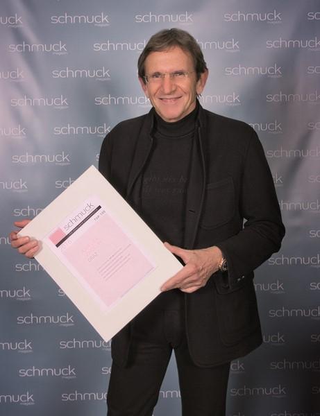 Hans Schullin - SCHULLIN-Standorte in Graz, Klagenfurt, Velden und Zürs - freute sich über die besondere Ehrung und nahm die begehrte Urkunde aus der Hand von Alexander Meth, Gründer und Eigentümer des Verlags Meth Media entgegen (Foto Meth Media)