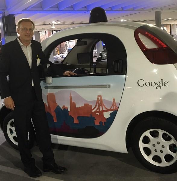 In der Googlegarage mit autonom fahrendem Auto ohne Lenkrad (Foto beigestellt)