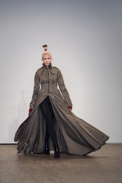 Designerin Isabel Vollrath präsentierte elegante, knielange oder bodenlange Winterkleider (Fotos Thomas Hofmann)