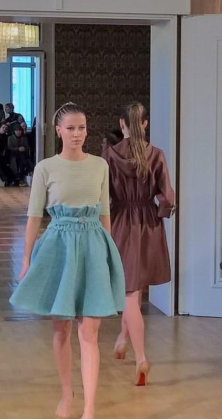 Tellerfaltenröcke und Mäntel in weichen Farbtönen wie Schokobraun und Mint (Foto Hedi Grager)