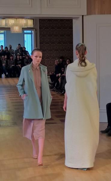 Es finden sich sehr feminine und elegante Mäntel und Jacken in der Herbst-/Winter-Kollektion 2016 von Marina Hoermanseder (Foto Hedi Grager)