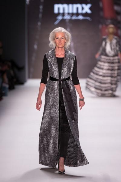 """Mit Catherine Loewe schickte Eva Lutz Best-Ager-Model auf den Catwalk. """"Nachdem ich in der letzten Saison zeigen wollte, dass meine Mode keine Konfektionsgrenzen kennt, ist es mir dieses Mal ein Anliegen zu zeigen, dass Mode auch keine Altersgrenzen hat"""", so die innovative Designerin. ((© Minx by Eva Lutz)"""