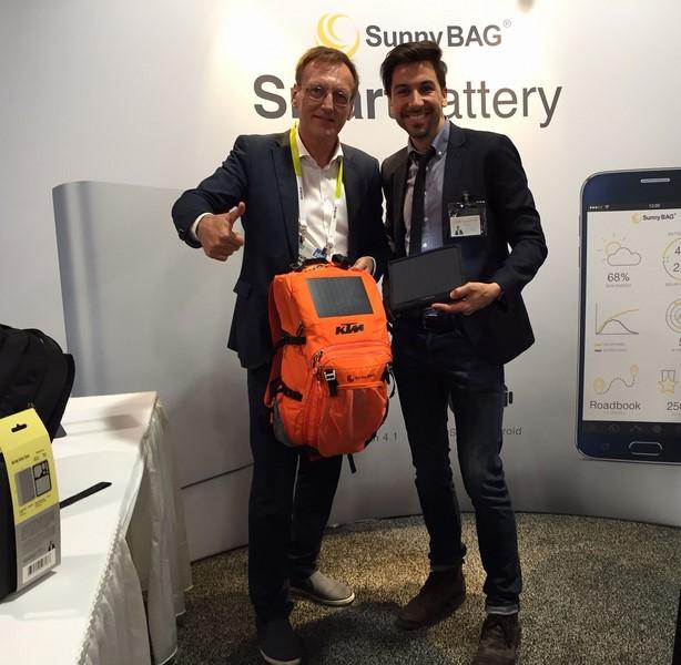 Rudolf Thaler mit CEO Stefan Ponsold des steierischen Startup SunnyBAG auf der CES (Foto beigestellt)