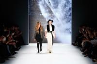 Designer Rebekka Ruetz mit Model Larissa Marolt auf der Mercedes-Benz Fashion Week Berlin (Photo by Frazer Harrison/Getty Images)