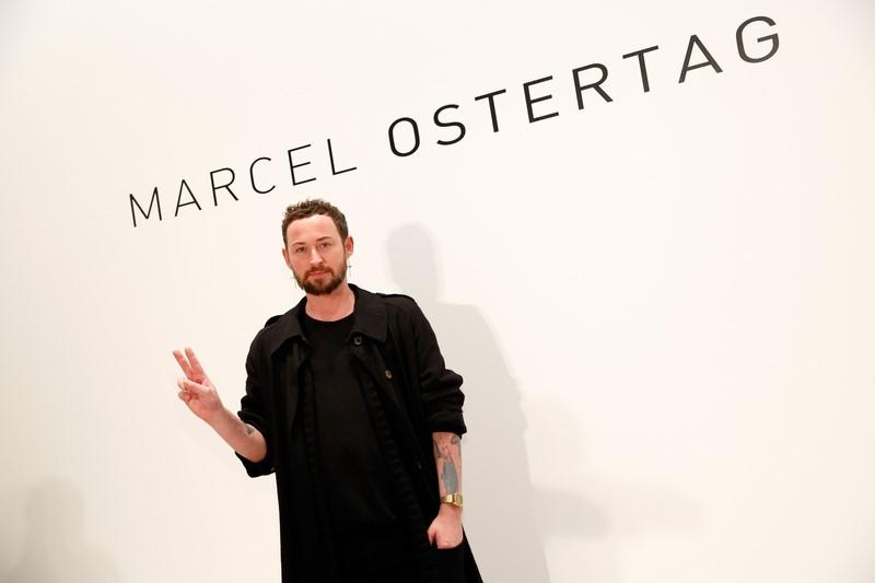 """Designer Marcel Ostertag begeisterte die Gäste mit seiner Kollektion """"Rain"""" auf der Fashion Week New York. """"Regen bedeutet für mich nichts schlechtes und auch kein graues Schmuddelwetter, Regen bedeutet für mich Neuanfang."""" (Photo by Brian Ach/Getty Images)"""