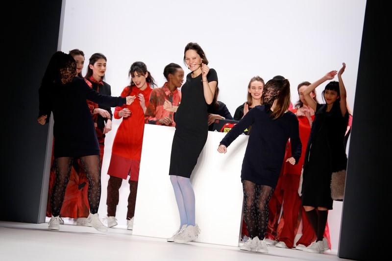 Die schwangere Designerin Anne Gorke bezauberte mit ihrer Ausstrahlung und ihrem Schwung alle Zuschauer auf der Mercedes-Benz Fashion Week Berlin (Photo by Luca Teuchmann/Getty Images)