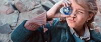 Christine (Zita Gaier) schaut sich die Welt durch Christbaumkugeln an, versucht so die Welt in ein anderes Licht zu rücken (Foto Filmladen/KGP)