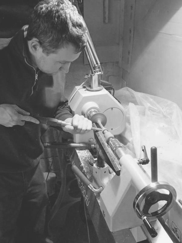 Designer Raphael Ertl beim drechseln seiner edlen, handgefertigten Produkte. Diese können ab sofort via Crowdfunding unter www.startnext.com/lignemi gekauft werden (Foto LIGNEMI)