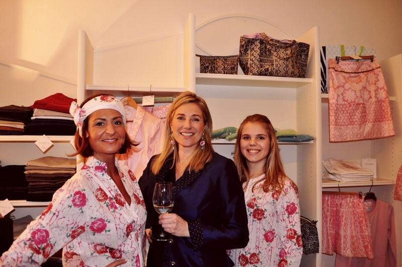 """Ein gemütlicher Abend mit schönen Designs von """"Theresa"""". Elisabeth Böck mit Designerin Theresa Schöffel und Tochter Luise (Foto Reinhard Sudy)"""