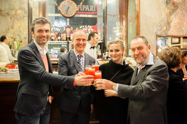 Thomas Hergge (Marketing Manager Campari Austria), Peter Friese (Inhaber Schwarzes Kameel), Laura Karasinski (Designerin), Orlando Chiari (Inhaber Bar Camparino in Milano) (Foto CAMPARI)