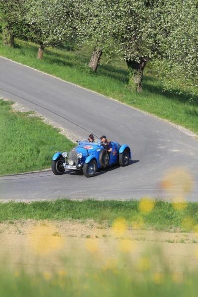 """Die Fahrer der Oldtimer erfreuten sich an der schönen Wein- und Obstlandschaft der Südsteiermark (Foto """"Renè - Official Photographer"""")"""
