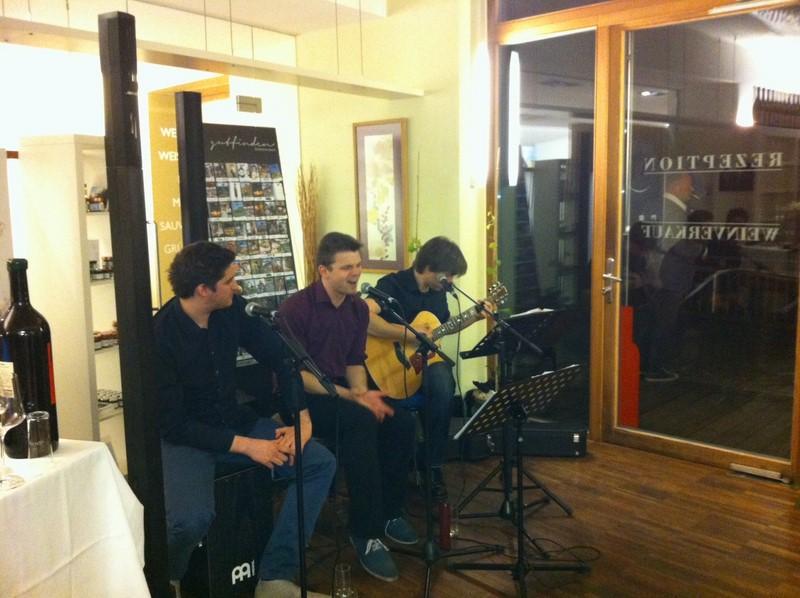 2008 gründete Max Waltl mit Gernot Holler ein Akustik-Duo, bald kam Alexander Muster dazu. Als Trio treten sie als Chalk, Cheese & Pepper auf (Foto beigestellt)