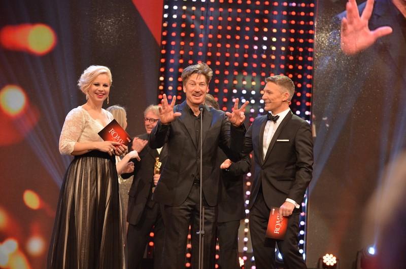 """Geehrt wurde auch der """"Beste Kinofilm"""" des Jahres: Für """"Das ewige Leben"""" mit Josef Hader, Tobias Moretti und Nora von Waldstätten durften die Produzenten Danny Krausz und Kurt Stocker eine ROMY in Empfang nehmen (Foto Kurier)"""