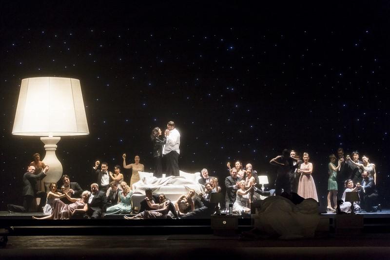 Das Bühnenbild stammt von Esther Dandani und Julia Rösler, die auch die originellen Kostüme lieferte (Foto Werner Kmetitsch)