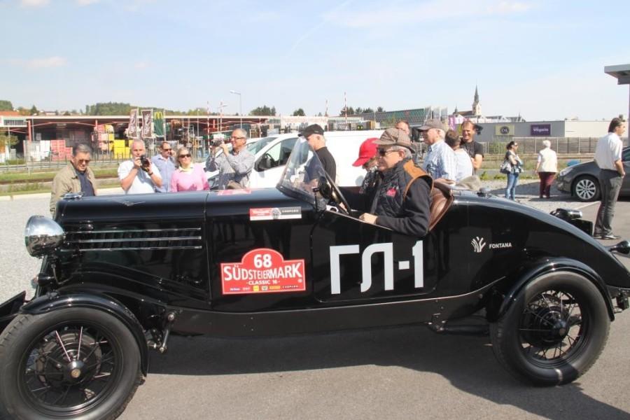 """Siegfried Wolf mit seinem GAZ GL 1 – ein beeindruckender russischer Rennwagen aus früherer Automobilzeit (Foto """"Renè - Official Photographer"""")"""