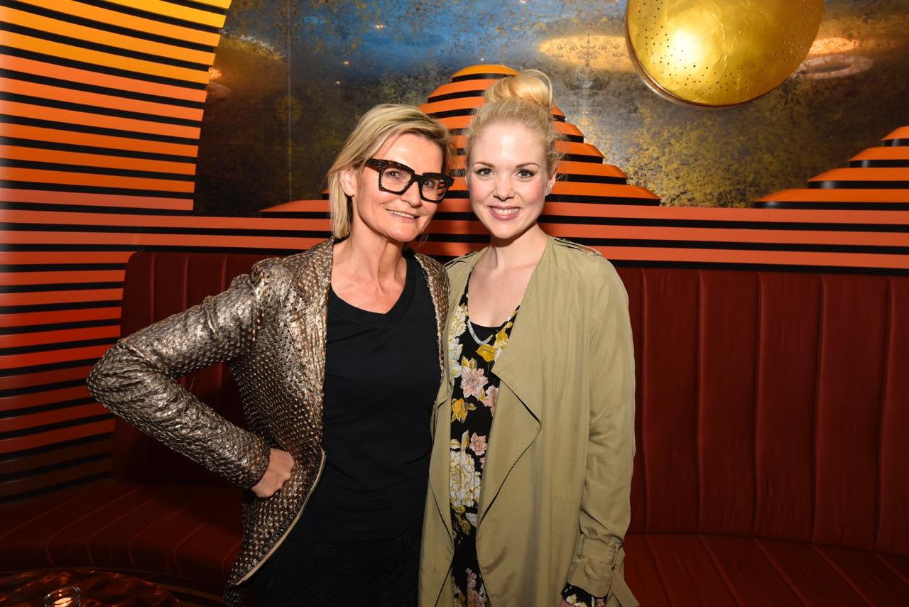 Journalistin Hedi Grager mit Comedienne Sigrid Spörk nach ihrer erfolgreichen Premiere im Grazer Casineum (Foto Franz Serschen)