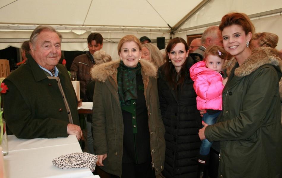 Ferdinand und Helga Paar, Geschäftsführerin Falstaff Karriere Alexandra Gorsche und Kathrin Paar mit ihrer Emmi (Foto Christina Dow)