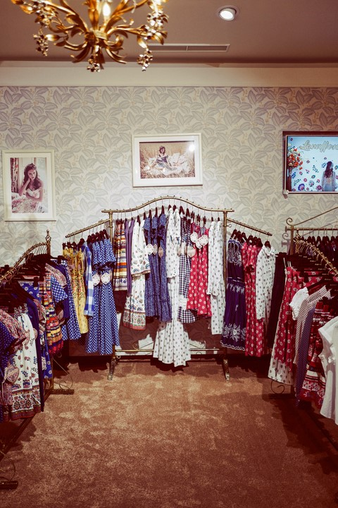 Der liebevoll eingerichtete, vintage-inspirierte Shop unweit vom Graben entfernt beeindruckt mit 200 m² Fläche (Atelier Karasinski/Lena Hoschek)