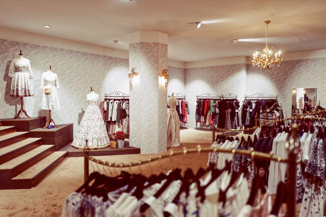 Eine breite Treppe führt in die großzügigen Verkaufsräumlichkeiten und lässt Kunden regelrecht eintauchen in die Welt von Lena Hoschek (Foto Atelier Karasinski/Lena Hoschek)