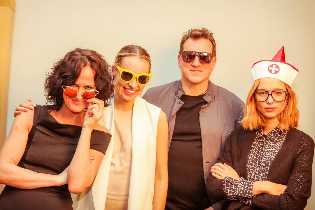 Liliana Klein konnte auch Eva Glawischnig (li) bei ihrem Fashion Check-in im Hotel Le Meridien begrüßen (Foto FLASHED EVENTS)