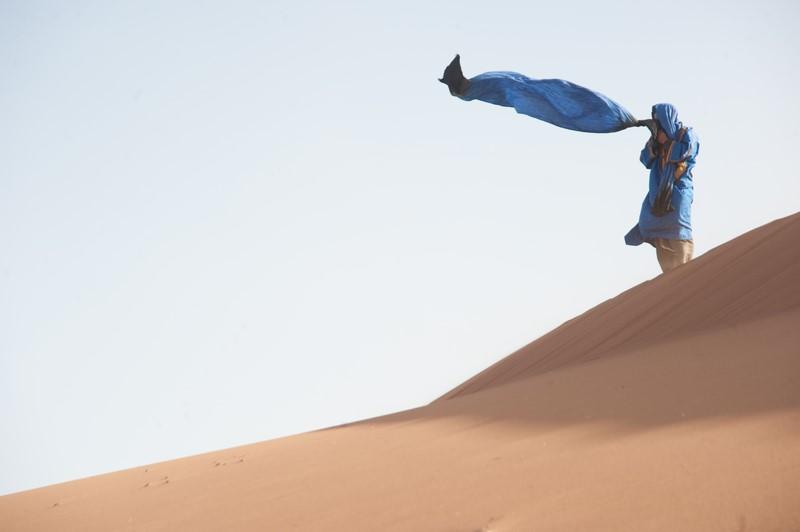 """""""In der Wüste sitze ich auf meiner Düne im Nichts und meditiere, bin still und höre der Stille zu"""", verrät Aniko (Foto Joe Haider)"""