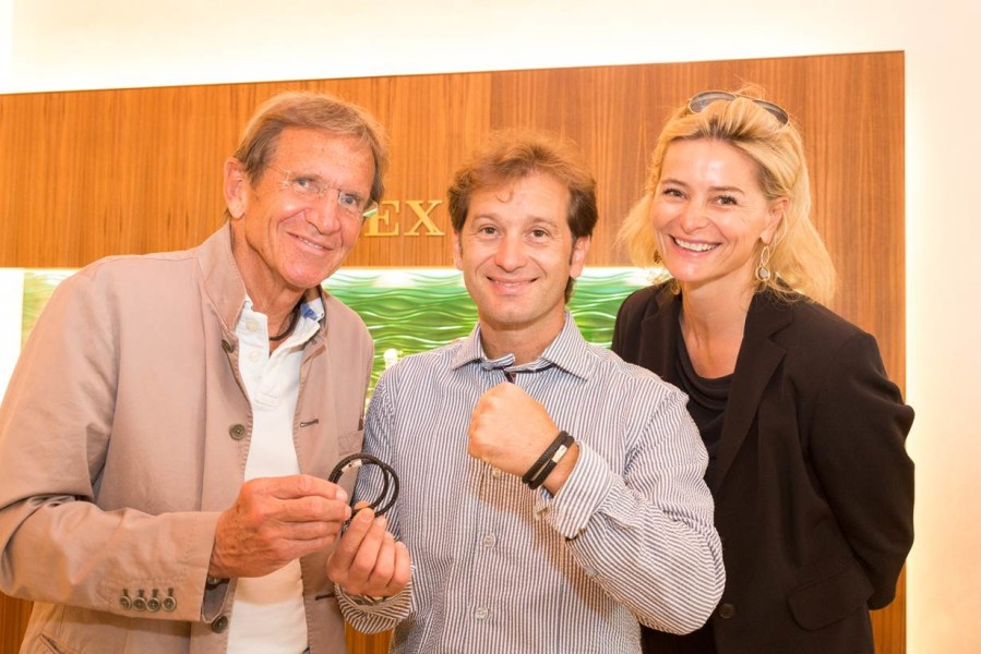 Hans Schullin überreichte Trulli ein Power-Armband, das der Designer als Männerschmuck entwickelt hat (Foto Jorj Konstantinov, geopho.com)