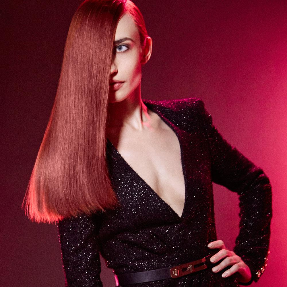Lizzy ist eine moderne und selbstbewusste junge Frau und ihr Markenzeichen sind ihre prachtvollen, roten Haare (Foto REDKEN)