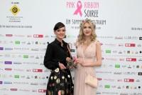 Designerin Eva Poleschinski bekam den Pink Ribbon Award von Christiane Baldauf überreicht (Foto Helmut Pratl)