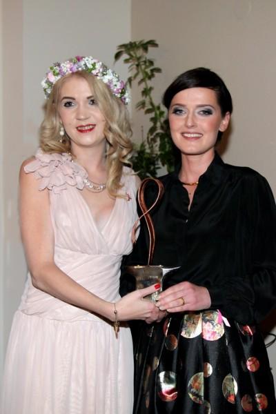 """Christiane Baldauf übergab den Pink Ribbon Award Steiermark 2016 an Designerin Eva Poleschinski. """"Der Pink Ribbon Award Steiermark soll jene Damen auszeichnen, die sich besonders für die Brustkrebshilfe engagieren oder selbst von der Krankheit betroffen sind"""", betont Christiane Baldauf (Foto Helmut Pratl)"""