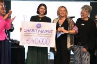 """Großartige 40.000,-- Euro konnte Luise Köfer nach der Charity Univ.Prof.Dr. Richtig für ihr Projekt """"Hautkrebs in der Schwangerschaft"""" überreichen (Foto Alex Feyh)"""