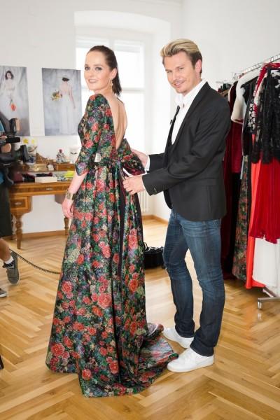 """Auch die international erfolgreiche Designerin Eva Poleschinski ließ Adi Weiss """"tief blicken"""" (Foto Moni Fellner)"""
