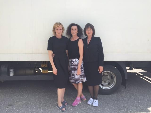 Die erfolgreiche Drehbuchautorin Konstanze Breitebner inmitten der Schauspielerinnen Franziska Weisz und Franziska Walser.