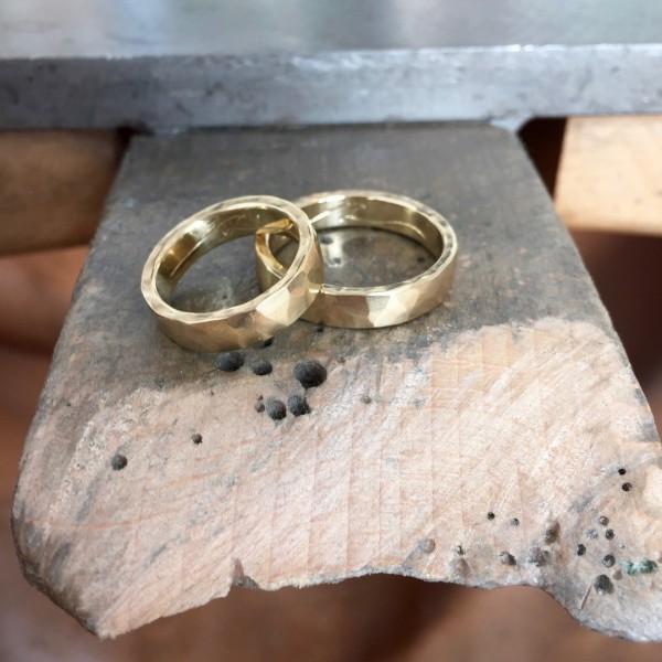 Für ihre handgefertigten Schmuckstücke verwendet die Künstlerin feinste Goldlegierungen in 14kt., auf Kundenwunsch auch in 18kt. Gelbgold (Foto Katie g. Jewellery)