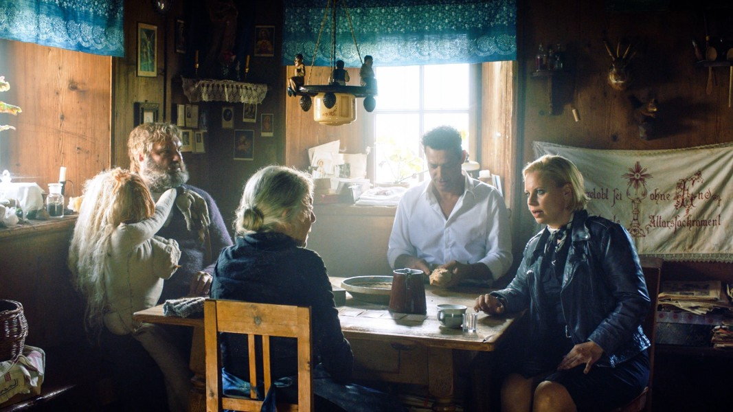 Martin Leutgeb (Romed Falkner), Julia Gschnitzer (Adelheid Falkner), Gregor Bloéb (Florian Falkner) und Katharina Straßer als Kommissarin Claudia Wegscheider im Tiroler Landkrimi (Foto ORF/Aichholzer Film/Helmut Pirnat
