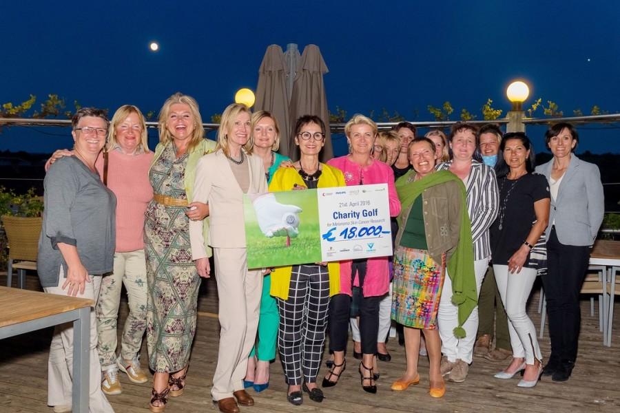 """Organisatorin Angelika Dietrich und der Soroptimist Club Goldes 'ergolften' großartige 18.000,-- Euro für das Projekt """"Hautkrebs in der Schwangerschaft"""""""
