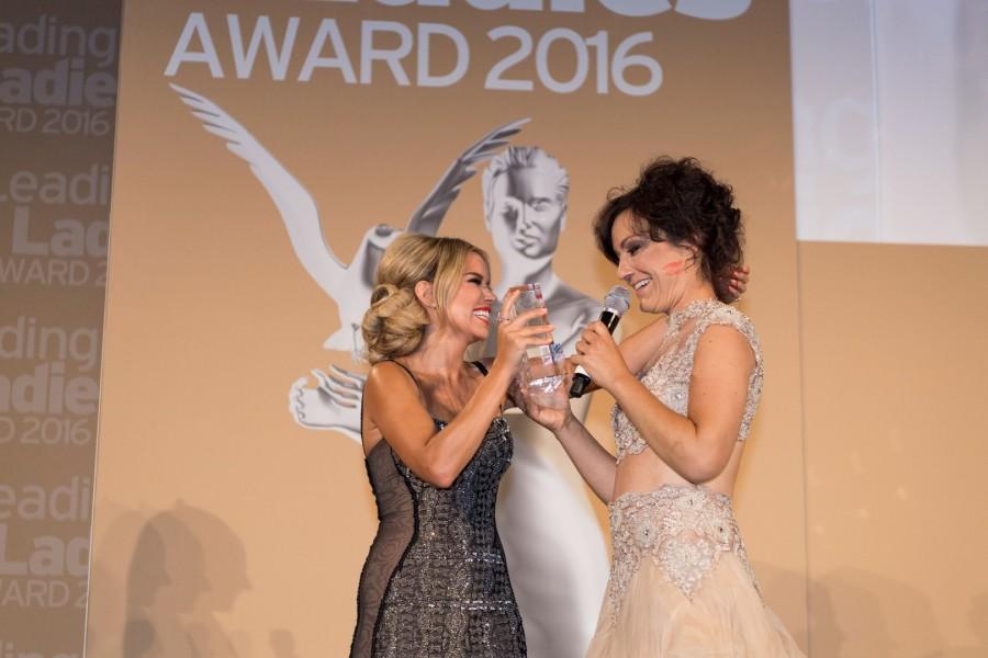 Sylvie Meis überreichte ihrer Freundin Mirjam Pielhau nach einer sehr emotionalen Laudatio den Leading Ladies Award (Foto Madonna)