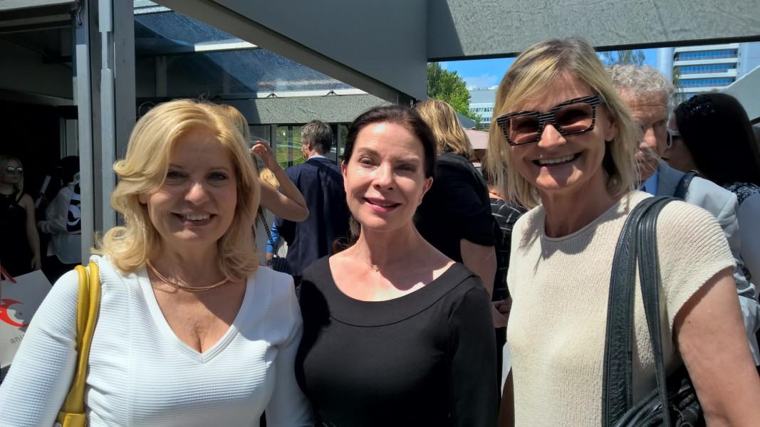 Die großartigen Schauspielerinnen Sabine Postel und Gudrun Landgrebe sind bekennende MINX-Fans - hier mit Journalistin Hedi Grager.