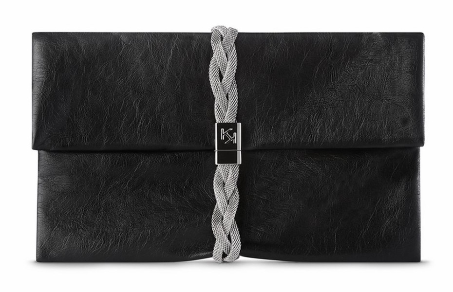 Die Pochette Neo Noir ist elegant und exklusiv, ein Must-have mit weichen Vintage-Linien. Das Kuvert-Modell wird durch ein Metallband mit Plakette mit Magnetverschluss und eingraviertem Logo verziert. Die Pochette ist elegant und auch perfekt für den Abend geeignet.