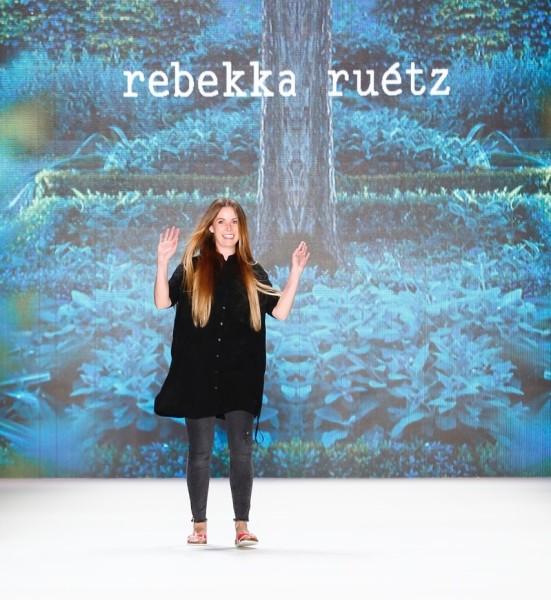 Rebekka Ruétz steht für eigenwillige und extravagante Kreationen und ist bekannt für einen spannenden Materialmix (Photo by Frazer Harrison/Getty Images)