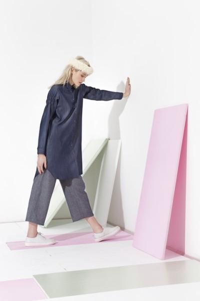 """Weite Hemdkleider, kombiniert mit oversized Hosen, prägen u.a. den Charakter von """"TRACES"""" (Foto Mario Kiesenhofer)"""