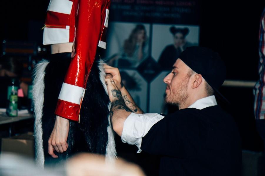 Designer Thomas Hanisch backstage vor seiner Show auf der Berliner Mercedes Benz Fashion Week (Foto Ben Laerk)